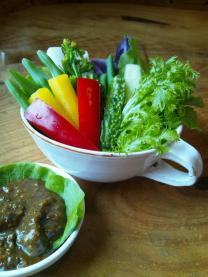 やんばる野菜のスパイシー肉味噌ディップ