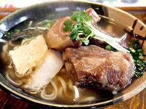 沖縄を代表する沖縄そば!650円。そばの激戦地、北部でも美味しいと絶賛されるおそばです!特にダシにこだわっています。24時間煮込んだダシ汁は絶品ですヨ!ぜひ、一度は味わってみて下さい!沖縄の定番ですヨ!