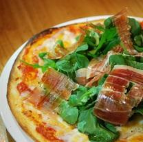 気まぐれピザ マルガリータやチーズのピザなどその日の気まぐれ♪  写真切りたてスペイン産生ハムとルッコラのピザ