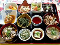 """ぬちぐすい御膳は美味しさだけではなく、健康を意識した沖縄料理の逸品です。全11品で1,300円!体にやさしくて、美味しい""""命の薬""""の膳をお楽しみ下さい。"""
