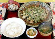 ゴーヤーチャンプル定植800円は、ゴーヤーの苦いのが苦手な方も、大丈夫!沖縄を代表する食材です。ぜひ、本場のゴーヤーチャンプルの味を味わってみて下さい!感動しますヨ!